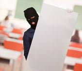 Hırsız adam tutarak karton — Stok fotoğraf
