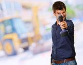 Jonge man houden boor machine — Stockfoto