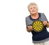 Kadın holding dart tahtası — Stok fotoğraf