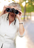 双眼鏡でみると年配の女性の肖像画 — ストック写真