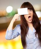 Tarjeta en blanco mujer holding — Foto de Stock