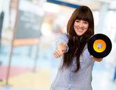 Retrato de uma mulher segurando um disco — Foto Stock