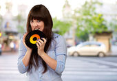 Jong meisje baiting vinyl — Stockfoto
