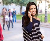 Portrait d'une jeune femme, s'exprimant au téléphone — Photo