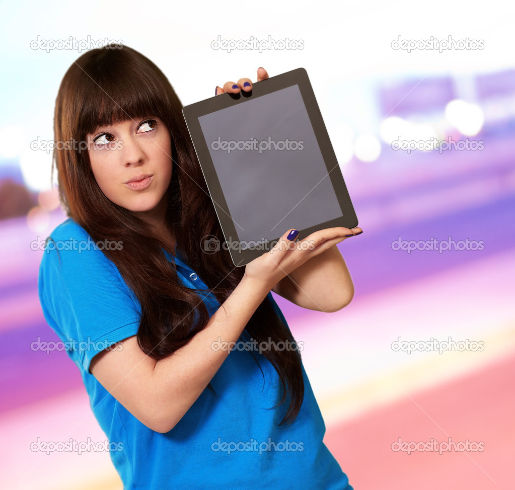 Woman Holding Ipad, Outdoor — Stock Photo #12667557