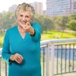 Retrato de mujer apuntando su dedo — Foto de Stock
