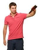 портрет молодого человека, проведение пустой бутылки — Стоковое фото