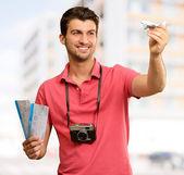 该名男子手持登机牌和飞机 — 图库照片
