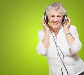 Retrato de una mujer, mientras se escucha música — Foto de Stock