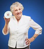 Senior frau betriebs cd — Stockfoto