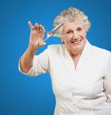 Tijeras de explotación mujer senior — Foto de Stock
