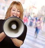 Kadın bir megafon çığlığı — Stok fotoğraf