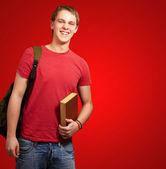 Ritratto di giovane studente tenendo il libro e che trasportano zaino ove — Foto Stock