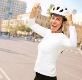 женщина носить шлем аплодисменты — Стоковое фото