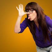 портрет девушки, что делает смешное лицо — Стоковое фото