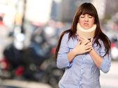 Neckbrace を着ている女性 — ストック写真