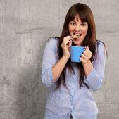 漂亮的女人和咖啡和饼干 — 图库照片