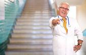 Retrato de un médico senior señalando — Foto de Stock