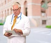 Bir sekme tutan bir erkek doktor portresi — Stok fotoğraf