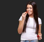 年轻的女孩吃和持有草莓 — 图库照片