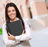 Libro arancione azienda giovane ragazza — Foto Stock
