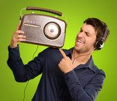 Młody człowiek, słuchanie radia vintage — Zdjęcie stockowe