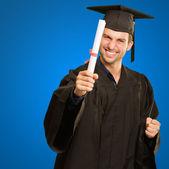 Hombre graduado con grado — Foto de Stock