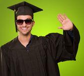 Portret van een afgestudeerde man zwaaien — Stockfoto