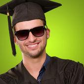 Primo piano di un uomo laureato — Foto Stock