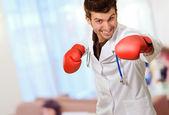 医生戴着拳击手套 — 图库照片