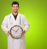 医生抱着时钟的肖像 — 图库照片