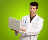 年轻的医生抱着一台笔记本电脑的肖像 — 图库照片
