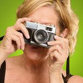 зрелая женщина, глядя через камеру — Стоковое фото