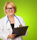 Mutlu kadın doktor holding pano — Stok fotoğraf
