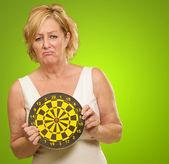 üzgün olgun kadın holding dart tahtası — Stok fotoğraf