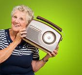 Senior vrouw luisteren muziek op de radio — Stockfoto