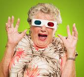 Peur femme senior, portant des lunettes 3d — Photo