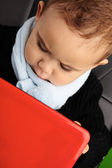 Schattige babyjongen met behulp van laptop — Stockfoto