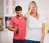 Gespannen vrouw met man op achtergrond — Stockfoto