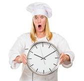 Chef mujer sorprendida holding reloj — Foto de Stock