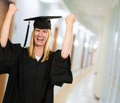 快乐的研究生女人穿着礼服 — 图库照片