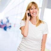 Donna felice parlando su un mobile — Foto Stock
