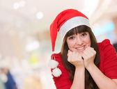 クリスマス帽子身に着けている美しい女性の肖像画 — ストック写真