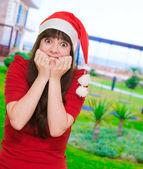 Mimořádně vzrušená žena nosí klobouk vánoční — Stock fotografie