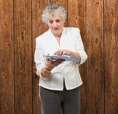 Senior woman using ipad — Stock Photo