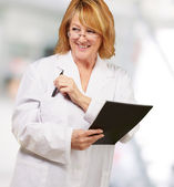 Female doctor holding book — Stockfoto