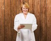 Kadın doktor holding dijital tablet — Stok fotoğraf