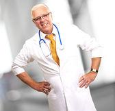 Mutlu kıdemli doktor stetoskop ile — Stok fotoğraf