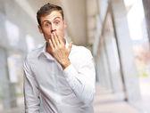 Genç adam ağzını kaplayan portresi — Stok fotoğraf