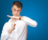 Portrait de jeune homme gesticulant signe des temps d'arrêt — Photo